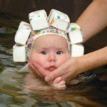 Ребёнок в шапочке с пенопластовым обручем