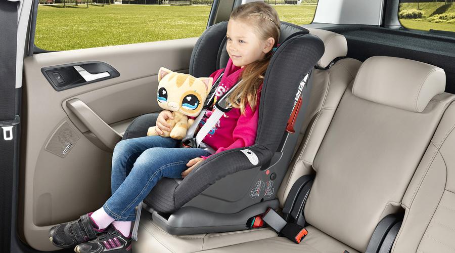 Девочка в автокресле