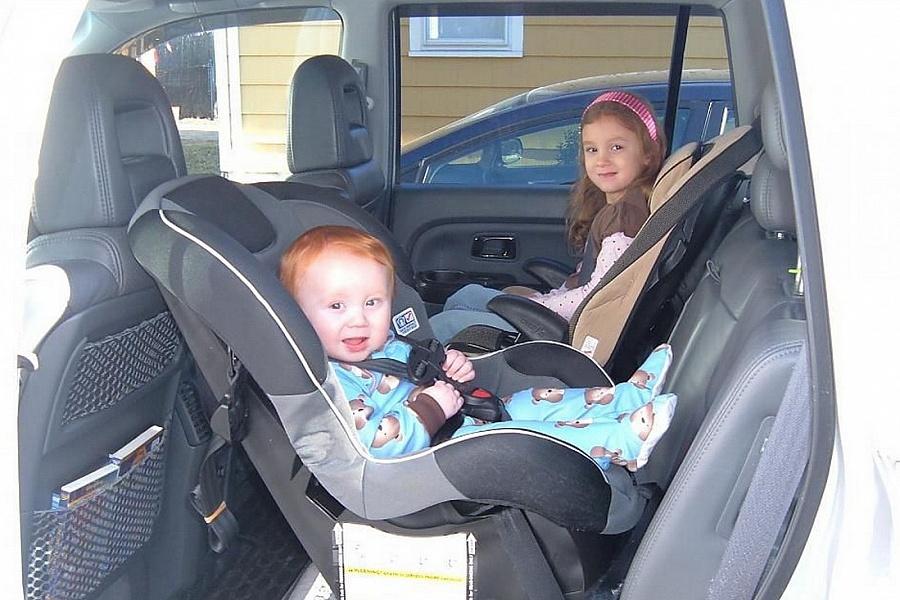 Два ребёнка в автокреслах