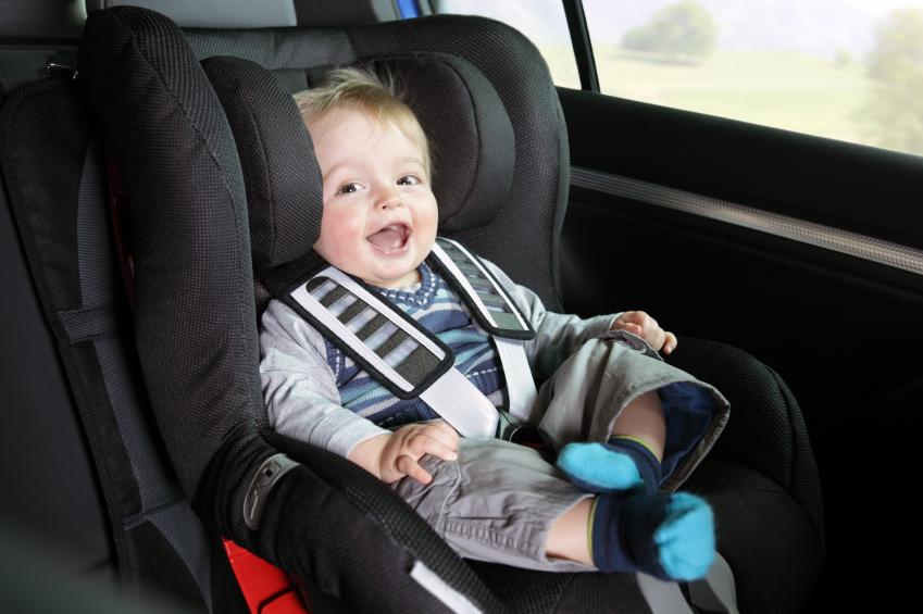 Малыш в автокресле сидит
