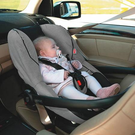Малыш спит в автолюльке
