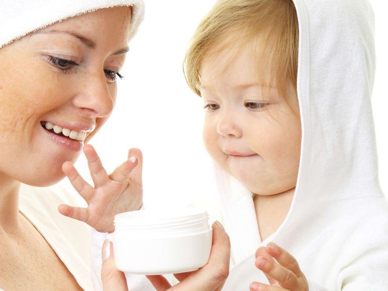 Мама и ребёнок изучают баночку с кремом