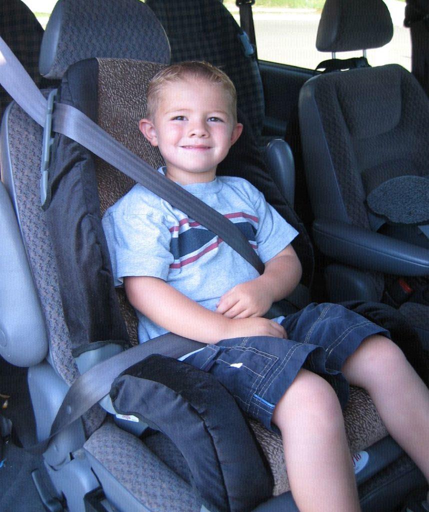 Ребёнок пристёгнут ремнями автомобиля