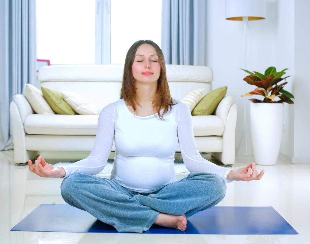 Беременная женщина медитирует