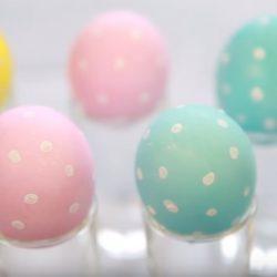 Красим пасхальные яйца с ребенком
